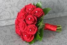 Букет свежих роз - удачный подарок для важных людей по любому поводу