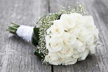 Букет из белых роз подчеркнет торжественность повода, а доставка поможет сделать это быстро и легко