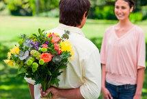 Кому и когда уместно дарить цветы