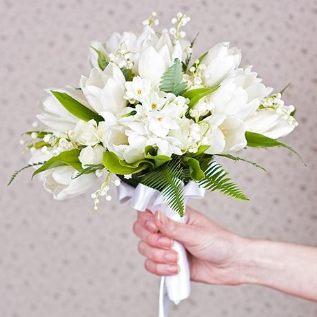 Свадебные букеты Нежность белых тюльпанов в окружении ландышей и белой кустовой розы